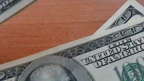 Τοποθέτηση λίγων εκατό αμερικανικών δολαρίων στο γραφείο απόθεμα βίντεο