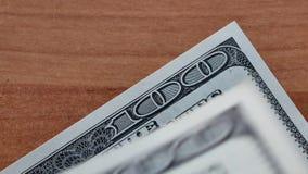 Τοποθέτηση λίγων εκατό δολαρίων στο ξύλινο γραφείο απόθεμα βίντεο