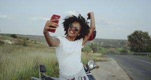 Τοποθέτηση με ένα κράνος μοτοσικλετών επειδή βοηθά τον αισθητικό 4K απόθεμα βίντεο