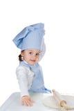 Τοποθέτηση μικρών κοριτσιών με τη ζύμη πιτσών Στοκ Εικόνες