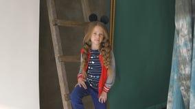 Τοποθέτηση μικρών κοριτσιών στο στούντιο Ύφος οδών φιλμ μικρού μήκους
