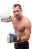 Τοποθέτηση μπόξερ με τα γάντια σε ένα λευκό Στοκ φωτογραφία με δικαίωμα ελεύθερης χρήσης