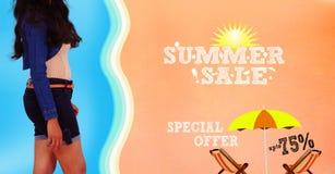 Τοποθέτηση νέων κοριτσιών στην προωθητική αφίσα εμβλημάτων θερινής πώλησης παραλιών ακτών θερινή κυματωγή πετρών άμμου της Κύπρου Στοκ Φωτογραφία