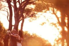 Τοποθέτηση νεόνυμφων και νυφών υπαίθρια στη ημέρα γάμου τους Στοκ φωτογραφία με δικαίωμα ελεύθερης χρήσης