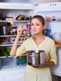 Τοποθέτηση νοικοκυρών με τη σούπα Στοκ εικόνες με δικαίωμα ελεύθερης χρήσης