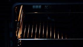 Τοποθέτηση ξινή στο φούρνο απόθεμα βίντεο