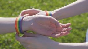 Τοποθέτηση σε ένα βραχιόλι με τα σύμβολα LGBT απόθεμα βίντεο