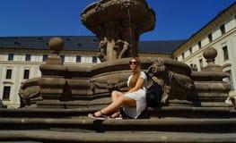 Τοποθέτηση σπουδαστών νέων κοριτσιών από την πηγή μια ηλιόλουστη ημέρα στο Κάστρο της Πράγας στην Πράγα στοκ εικόνα με δικαίωμα ελεύθερης χρήσης