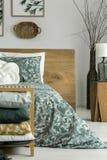 Τοποθέτηση στο κρεβάτι με το floral μοτίβο Στοκ φωτογραφίες με δικαίωμα ελεύθερης χρήσης