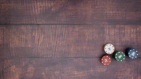 Τοποθέτηση τεσσάρων άσσων και λήψη όλων των τσιπ πόκερ απόθεμα βίντεο