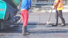 Τοποθέτηση της ασφάλτου σε μια οδό πόλεων φιλμ μικρού μήκους