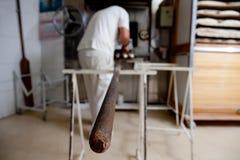 Τοποθέτηση της ζύμης ψωμιού στο φούρνο Στοκ Εικόνες