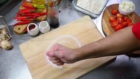 Κουζίνα εστιατορίων Τοποθέτηση του άλατος στο γραφείο απόθεμα βίντεο