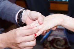 Τοποθέτηση του γάμου δαχτυλιδιών Στοκ Εικόνα