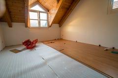 Τοποθέτηση του ξύλινου δαπέδου κατά τη διάρκεια της εργασίας ανακαίνισης Στοκ φωτογραφίες με δικαίωμα ελεύθερης χρήσης