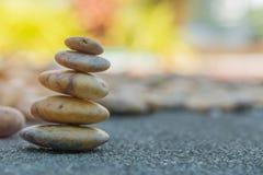 τοποθέτηση του σωρού πετρών σε έναν βράχο Στοκ εικόνα με δικαίωμα ελεύθερης χρήσης