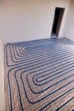 Τοποθέτηση των μπλε σωλήνων για τη θέρμανση πατωμάτων στο εργοτάξιο οικοδομής στοκ εικόνες με δικαίωμα ελεύθερης χρήσης