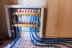 Τοποθέτηση των μπλε σωλήνων για τη θέρμανση πατωμάτων στο εργοτάξιο οικοδομής στοκ φωτογραφίες