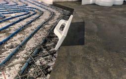 Τοποθέτηση των μπλε σωλήνων για τη θέρμανση πατωμάτων στο εργοτάξιο οικοδομής στοκ φωτογραφίες με δικαίωμα ελεύθερης χρήσης