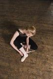 Τοποθέτηση των παπουτσιών μπαλέτου Στοκ φωτογραφία με δικαίωμα ελεύθερης χρήσης