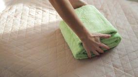 Τοποθέτηση των πράσινων πετσετών απόθεμα βίντεο