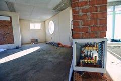 Τοποθέτηση των σωλήνων για τη θέρμανση πατωμάτων στο εργοτάξιο οικοδομής στοκ εικόνες