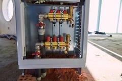 Τοποθέτηση των σωλήνων για τη θέρμανση πατωμάτων στο εργοτάξιο οικοδομής στοκ φωτογραφία με δικαίωμα ελεύθερης χρήσης