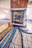 Τοποθέτηση των σωλήνων για τη θέρμανση πατωμάτων στο εργοτάξιο οικοδομής του χ στοκ εικόνες