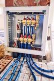 Τοποθέτηση των σωλήνων για τη θέρμανση πατωμάτων στο εργοτάξιο οικοδομής του χ στοκ εικόνα με δικαίωμα ελεύθερης χρήσης