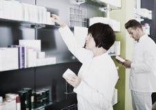 Τοποθέτηση φαρμακοποιών και τεχνικών φαρμακείων στο φαρμακείο στοκ εικόνες