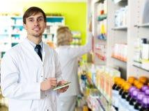 Τοποθέτηση φαρμακοποιών και τεχνικών φαρμακείων στο φαρμακείο στοκ φωτογραφίες με δικαίωμα ελεύθερης χρήσης