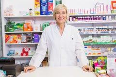 Τοποθέτηση φαρμακοποιών χαμόγελου πίσω από το μετρητή στοκ φωτογραφία με δικαίωμα ελεύθερης χρήσης