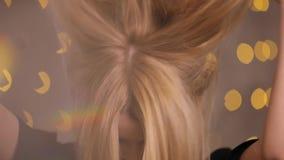 Τοποθέτηση φλερτ γυναικών κοκετών σε μια κάμερα, σε αργή κίνηση, κίτρινο υπόβαθρο bokeh απόθεμα βίντεο