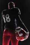 Τοποθέτηση φορέων αμερικανικού ποδοσφαίρου με τη σφαίρα στο μαύρο υπόβαθρο Στοκ φωτογραφία με δικαίωμα ελεύθερης χρήσης