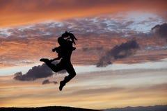 Τοποθέτηση χορευτών μπαλέτου κατά τη διάρκεια του ηλιοβασιλέματος Στοκ εικόνα με δικαίωμα ελεύθερης χρήσης