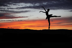 Τοποθέτηση χορευτών μπαλέτου κατά τη διάρκεια του ηλιοβασιλέματος Στοκ φωτογραφία με δικαίωμα ελεύθερης χρήσης