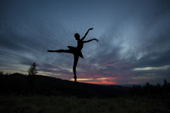 Τοποθέτηση χορευτών μπαλέτου κατά τη διάρκεια του ηλιοβασιλέματος Στοκ Εικόνα