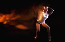 Τοποθέτηση χορευτών μπαλέτου στο μαύρο υπόβαθρο στούντιο στοκ φωτογραφίες