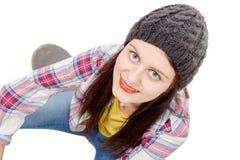 Τοποθέτηση όμορφων και γυναικών μόδας νέα με skateboard, στο W Στοκ Φωτογραφία