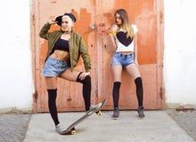 Τοποθέτηση δύο νέα αστική κοριτσιών hipster Στοκ Φωτογραφίες