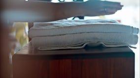 Τοποθέτηση δύο φρέσκων πετσετών στο μικρό πίνακα απόθεμα βίντεο