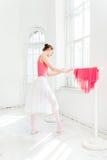 Τοποθέτηση Ballerina στα παπούτσια pointe στο άσπρο ξύλινο περίπτερο Στοκ φωτογραφία με δικαίωμα ελεύθερης χρήσης