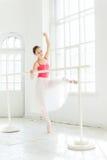 Τοποθέτηση Ballerina στα παπούτσια pointe στο άσπρο ξύλινο περίπτερο Στοκ Εικόνα