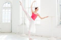 Τοποθέτηση Ballerina στα παπούτσια pointe στο άσπρο ξύλινο περίπτερο Στοκ Εικόνες