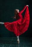 Τοποθέτηση Ballerina στα παπούτσια pointe στο μαύρο ξύλινο περίπτερο Στοκ φωτογραφία με δικαίωμα ελεύθερης χρήσης