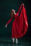 Τοποθέτηση Ballerina στα παπούτσια pointe στο μαύρο ξύλινο περίπτερο Στοκ φωτογραφίες με δικαίωμα ελεύθερης χρήσης