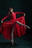 Τοποθέτηση Ballerina στα παπούτσια pointe στο μαύρο ξύλινο περίπτερο Στοκ Εικόνες