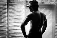 Τοποθέτηση Bodybuilder στη γυμναστική στοκ φωτογραφία με δικαίωμα ελεύθερης χρήσης
