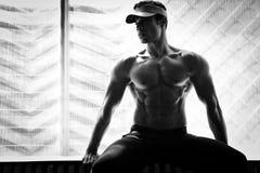 Τοποθέτηση Bodybuilder στη γυμναστική στοκ φωτογραφία