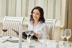 Τοποθέτηση brunette χαμόγελου κατά τη διάρκεια του επιχειρησιακού μεσημεριανού γεύματος Στοκ φωτογραφία με δικαίωμα ελεύθερης χρήσης